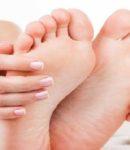 Cara membersihkan noda semen di kaki kulit